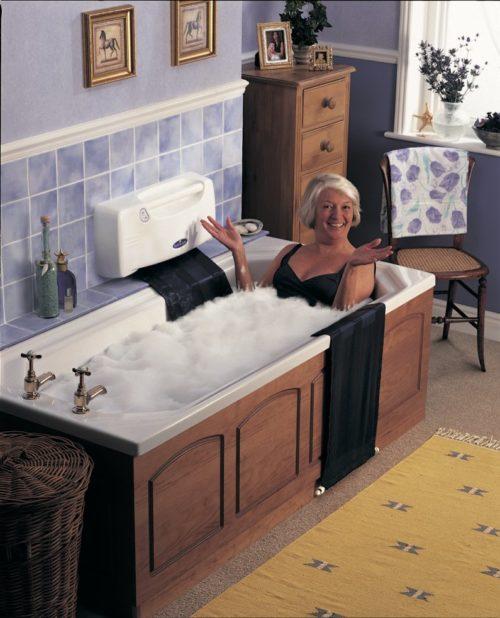 Oudere vrouw in een bruin afgewerkt bad met een badlift