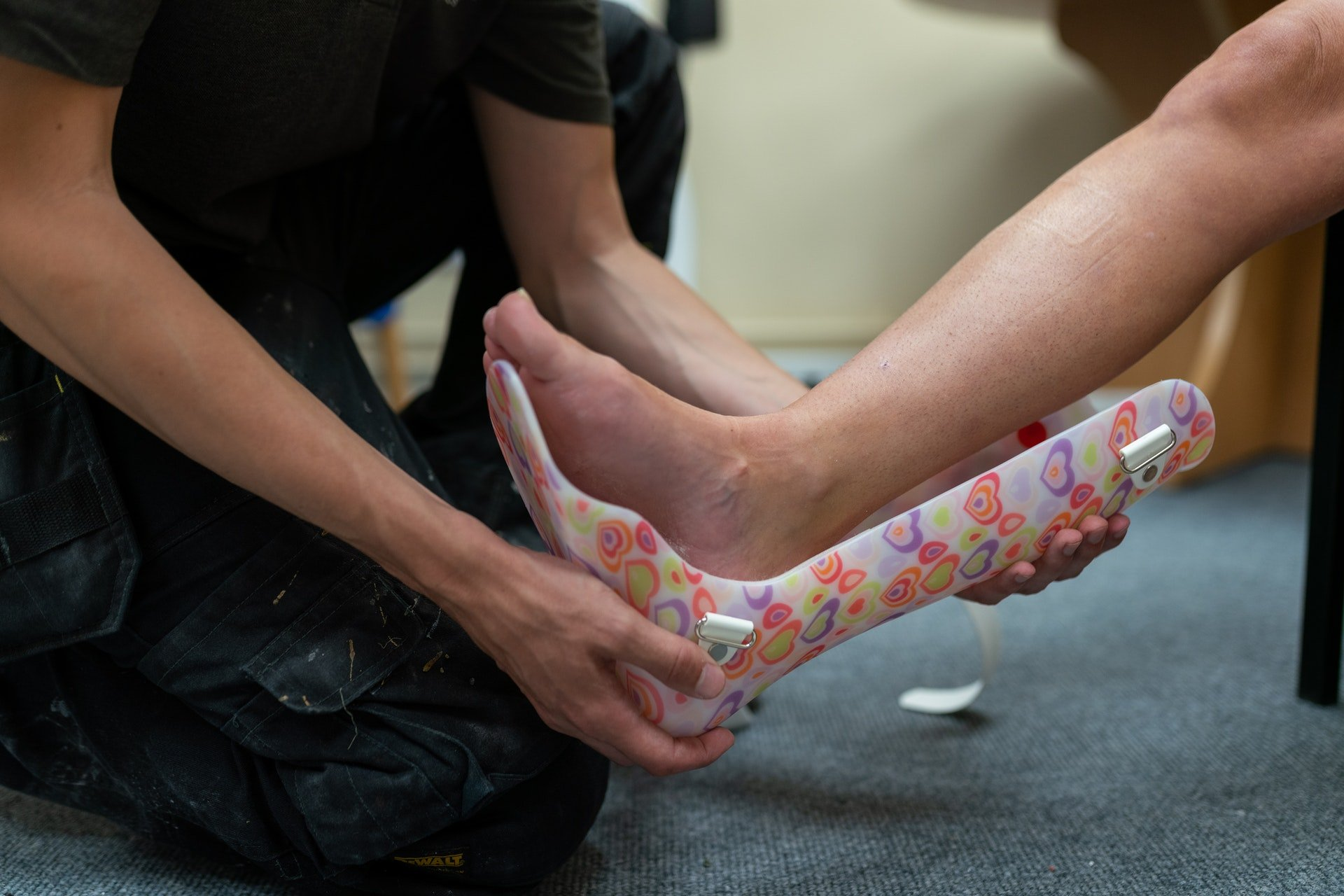 Een kleurijke voet enkel brace die wordt omgedaan bij een kind